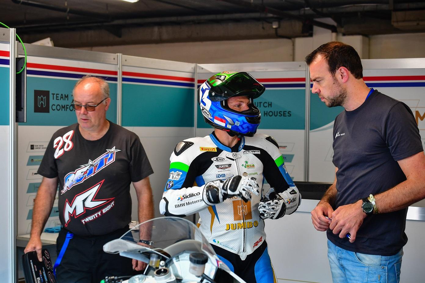 IDM Superbike 1000: Tom Reiterberger hält IDM-Flagge hoch