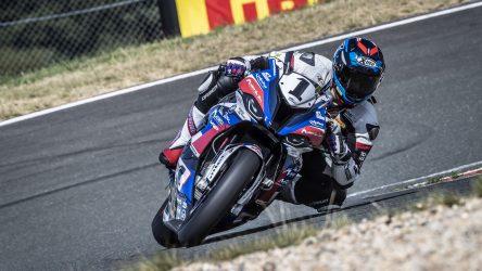 IDM Superbike 1000: Dreifach-Triumph von BMW und Mikhalchik lächelt