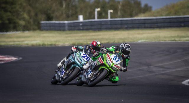 IDM Supersport 300: Angelo Licciardi schafft es in die Mitte von zwei Werksfahrern